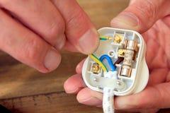 Lägga in nya ledningar UK 13 ampere inhemsk elektrisk propp Royaltyfri Bild