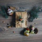 Lägga ut julsammansättning som göras av den packade gåvan fotografering för bildbyråer