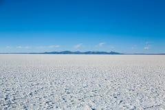 01 06 2000 läggande för lager för bolivia de avstånd kvinnliglake som är lone av över gå vatten salar för salt tunn handelsresand Royaltyfri Fotografi
