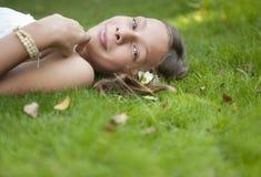 läggande ner av att le för picknick Royaltyfri Fotografi