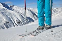 Lägger benen på ryggen anseende skidar på Royaltyfri Fotografi