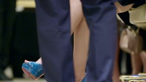Lägger benen på ryggen av kvinna lager videofilmer