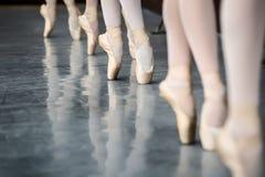 Lägger benen på ryggen dansare fotografering för bildbyråer