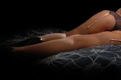 Lägger benen på ryggen i strumpor och kickhäl Royaltyfria Bilder