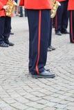 Lägger benen på ryggen läge av att spela trumpetare i Bruges Royaltyfri Foto