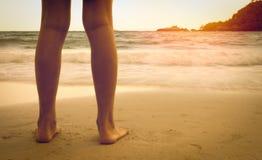 Lägger benen på ryggen på stranden Fotografering för Bildbyråer
