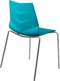 Lägger benen på ryggen plast- stol för turkosfärg med krom, den moderna formgivaren Stol som isoleras på vit bakgrund Arkivfoto