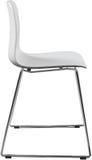 Lägger benen på ryggen plast- stol för vit färg med krom, den moderna formgivaren Stol som isoleras på vit bakgrund Arkivfoton