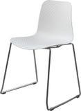 Lägger benen på ryggen plast- stol för vit färg med krom, den moderna formgivaren Stol som isoleras på vit bakgrund Arkivfoto