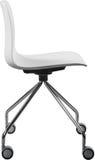 Lägger benen på ryggen plast- stol för vit färg med krom, den moderna formgivaren Svängtappstol som isoleras på vit bakgrund Arkivbild