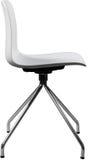 Lägger benen på ryggen plast- stol för vit färg med krom, den moderna formgivaren Svängtappstol som isoleras på vit bakgrund Fotografering för Bildbyråer