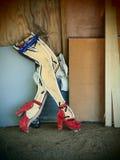 Lägger benen på ryggen Retro kvinna` s för neon i Austin Texas arkivfoto
