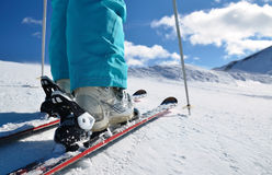 Lägger benen på ryggen skidar in kängor som står på, skidar Arkivfoton