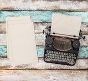 Lägger den antika skrivmaskinen använda pappers- ark framlänges stilleben Fotografering för Bildbyråer