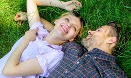 Lägger förälskat avslappnande för par på ängen Naturen fyller dem med friskhet och fred Tycker om lyckligt bekymmerslöst för grab arkivbilder