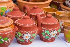 L?gger in handgjort och handpainted dekorativt tvilling- f?r keramisk lera dubbla krukor med ett handtag och r?kningslock, tillbr arkivfoton