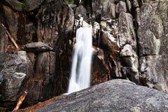 Lägsta Chilnualna faller lång exponering Yosemite parkerar arkivbild