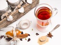Läka te med kryddor Arkivbild