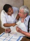 Läkarbehandling för äldre man Arkivbild