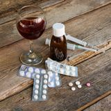 Läkarbehandling och alkohol Arkivfoto