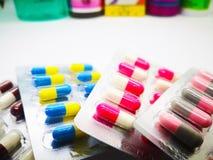 Läkarbehandling och sjukvårdbegrepp Hög av färgrik kapselmed arkivbilder