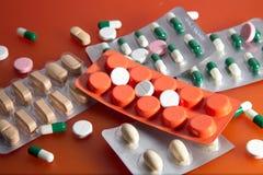 Läkarbehandling på en orange bakgrund arkivfoto