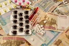 Läkarbehandling på pengarbakgrund Royaltyfri Bild