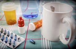 Läkarbehandling under frukosten, kapslar bredvid ett exponeringsglas av vatten, begreppsmässig bild royaltyfri foto