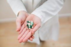 Läkarbehandlingar i händerna Royaltyfri Foto