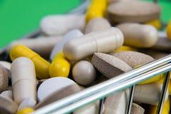 läkarbehandlingar i vagnen Shoppingvagn mycket av drog- och medicinpiller farmaceutiskt kostat begrepp Köpandemediciner Slutet be fotografering för bildbyråer