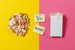 Läkarbehandlingminnestavlor på färgbakgrund Begrepp av hälsa, behandling, val, sund livsstil arkivfoton