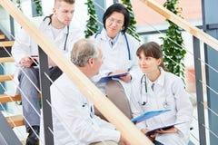 Läkare med laget av doktorer royaltyfri fotografi