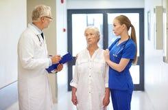 Läkare och hög tålmodig kvinna på sjukhuset Arkivfoto