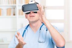 Läkare som använder virtuell verklighethörlurar med mikrofon Royaltyfri Fotografi