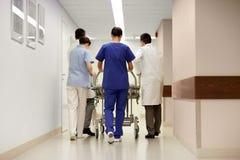 Läkare som bär sjukhusgurneyen till akutmottagning Arkivbilder