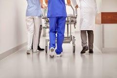 Läkare som bär sjukhusgurneyen till akutmottagning Royaltyfri Bild