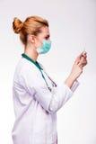 Läkare som förbereder en injektionsspruta Royaltyfri Foto