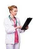 Läkare som pekar på skrivplattan Royaltyfri Fotografi