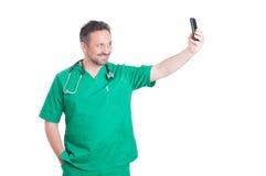 Läkare som tar en selfie Royaltyfri Fotografi