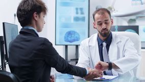 Läkare som tar puls till en ung kvinna stock video