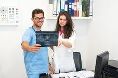 Läkare som utforskar röntgenstrålen Arkivbild