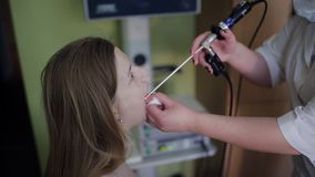 Läkarebehandlingpatienter ENT sjukdom, doktorsotolaryngology i vårdcentral stock video