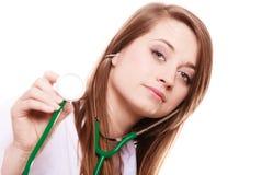 läkarundersökning Kvinnadoktor i labblag med stetoskopet Arkivfoto