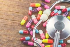 Läkarundersökning, stetoskop och preventivpillerar Arkivbild