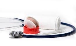 Läkarundersökningen bearbetar begrepp - stetoskopet, förbinder, murbruk och en termometer Royaltyfria Foton