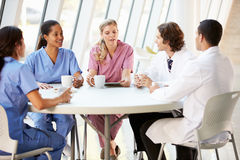 Läkarundersökningen bemannar att prata i modern sjukhuskantin Royaltyfri Bild