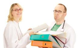 Läkarundersökningen manipulerar med ett raddaarbete Arkivbilder