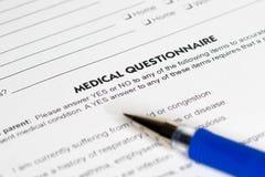 Läkarundersökningfrågor med blåttpennan Royaltyfri Bild
