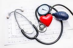 Läkarundersökninghjälpmedel som ligger på ECG Arkivbild