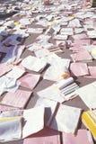 Läkarundersökningregister som beströs över golvet Arkivbild